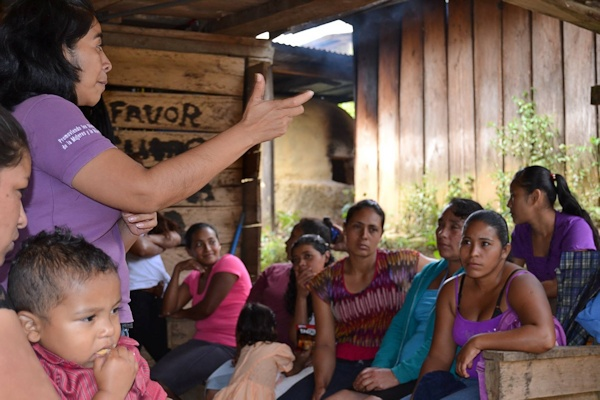 Møde med kvinder i en af landsbyerne.