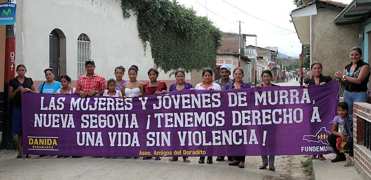 Kvinder, mænd og børn samlet til workshop om vold i familierne.