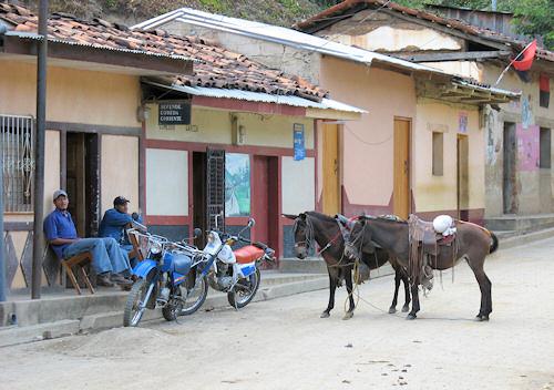 Typisk gadebillede fra Murra, to almindelige transportformer.