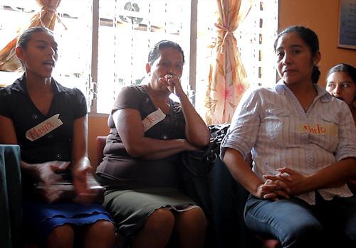 Kvinder fra selvhjælpsgrupperne samlet til workshop.